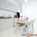 Stalo tekstūra suvienodinta su virtuvės baldais