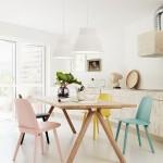 Pavasariškos pastelinių spalvų kėdės nuostabiai išskiria valgomojo zoną nuo virtuvės ir svetainės
