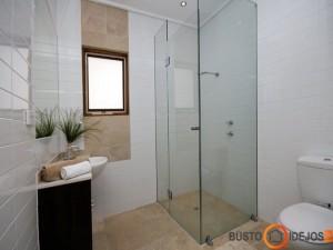 Minimalistinis mažo vonios kambario interjeras