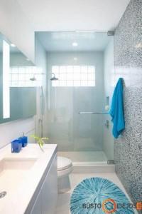 Ilgo ir siauro vonios kambario interjeras