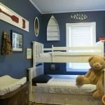 Mėlynas vaiko kambarys su keletą jūrinių akcentų