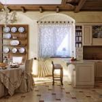 Klasikinio stiliaus virtuvė su langu