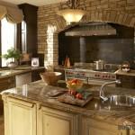Klasikinio stiliaus virtuvės interjeras su modernia technika