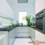Mažos virtuvės interjeras, kur kaitlentė įrengta ties langu