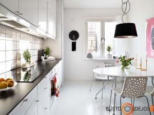 Jaukus baltai juodas virtuvės interjeras
