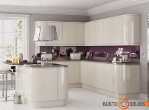 Modernus virtuvės su langu interjeras