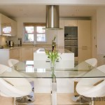 Smėlio ir baltos spalvų simfonija virtuvėje ir valgomajame