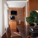 Plytų siena išskiria darbo kambario zoną iš bendros patalpos
