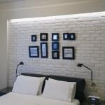 Naujų grubaus paviršiaus plytų siena miegamajame