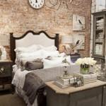 Provanso stiliaus miegamasis. Su plytų mūru gražiai dera vintažiniai daiktai
