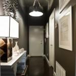 Stiprūs šviesos šaltiniai net juodai dažytą prieškambarį paverčia netamsų