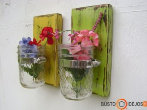 Prikabinti stiklainiai prie medinių spalvotų lentučių