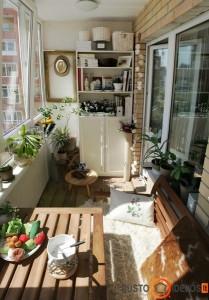Į balkoną telpa suoliukas, stalas, spinta ir net paveikslas - kambarėlio interjeras
