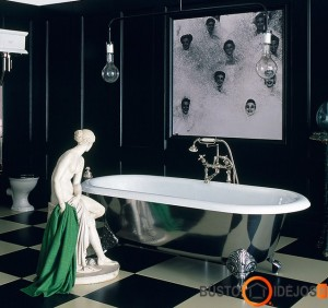 Sidabrinė vonia ir klasikos nuotrupos interjere