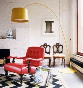 Moderni lempa prie klasikinio stiliaus fotelio