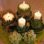 Žalių daržovių kompozicija su baltomis žvakėmis