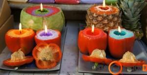 Paprikose, ananase ir net kopūste įleistos žvakės; paviršius puoštas specialiais spalvotais tirpiais kristalais