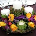 Žvakės daržovėse, dekoruotos su gėlių kompozicija