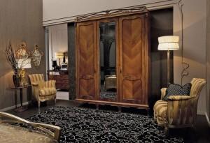 Modernių raštų kilimas klasikinio stiliaus miegamajame