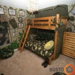 Dviejų būsimų kareivių dviaukštė lova militaristiniame stiliuje