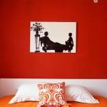 Siekiantiems didesnių permainų, galima perdažyti sienas oranžine spalva.