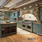Erdvus virtuvės interjeras, kur žalsvi baldai suteikia organiškumo