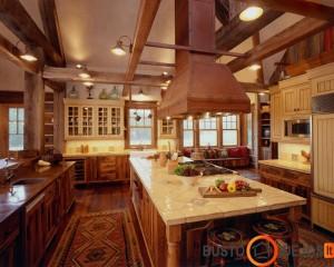 Erdvi kaimiško stiliaus virtuvė su masyviu gartraukiu