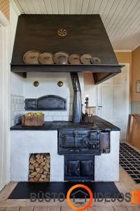 Pečius virtuvės interjere sužaidžia pagrindinį vaidmenį