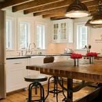 Išraiškingos sijinės lubos ir originalus stalas