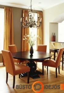 Prislopintos oranžinės spalvos kėdės ir užuolaidos - suderintas ir jaukus valgomasis