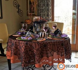 Gausiai puoštas Helovyno stalas