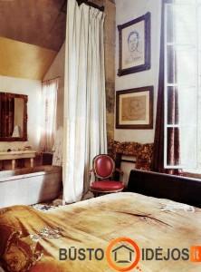 Vonia klasikinio stiliaus miegamajame