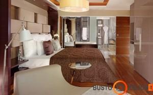 Miegamojo erdvėje įrengtas visas vonios kambarys
