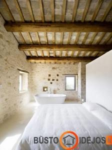 Vonia kaimiško stiliaus miegamajame