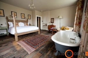 Įspūdinga pastatoma vonia klasikinio stiliaus miegamajame