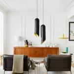 Retro stiliaus baldai, šiuolaikiniai šviestuvai ir klasikinis sienų dekoras