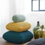 Apmegztos pagalvėlės lengviausiai keičia interjerą