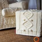 Apmegztas fotelis su pakoju - puiki idėja atnaujinti senus baldus žiemai