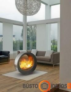 Svetainės vidyryje įrengto židinio šiluma gali mėgautis įvairiose vietose sėdintys namiškiai ir svečiai