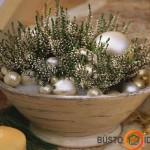 Baltieji viržiai ir Kalėdiniai eglutės žaisliukai dubenyje puikiai dera