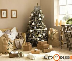 Blizgučiais ir žaisliukais gausiai dekoruota Kalėdų eglutė