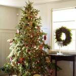Žaismingai puošta kalėdinė eglutė