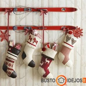 Originaliai pakabintos kojinės dovanoms