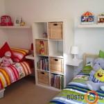 Balta neutraliausia spalva, nes prie jos dera visos kitos spalvos: keičiant tekstilę, žaislus, keičiasi ir kambario nuotaika