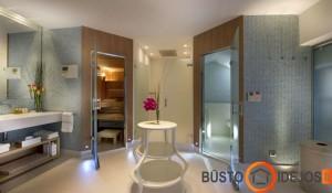 Erdviame vonios kambaryje įrengta sauna ir turkiška pirtys