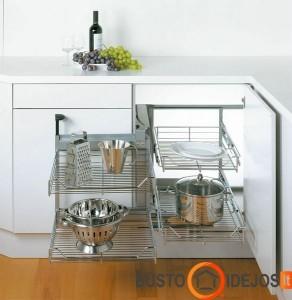 Keturių aukštų lentynėlė, išstumta iš virtuvinių baldų kampo