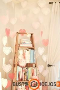 Romantiškai puošta lentyna - kopėčios