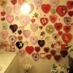 Išskirtinė širdučių siena vonios kambaryje