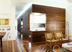 Medžiu dekoruotos sienos atskiria virtuvę