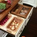 Vienas stalčius su daržovėmis, kitas - su duonos gaminiais